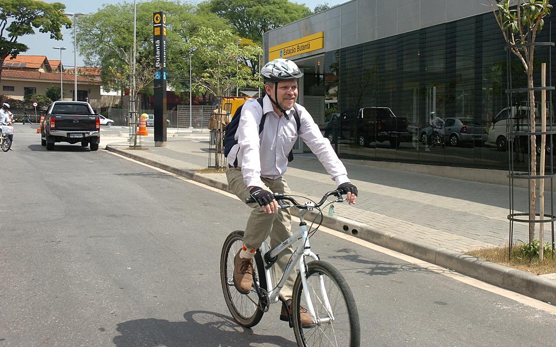 Sérgio Avelleda na ligação entre a estação de metrô Butantã e a USP, em 2012