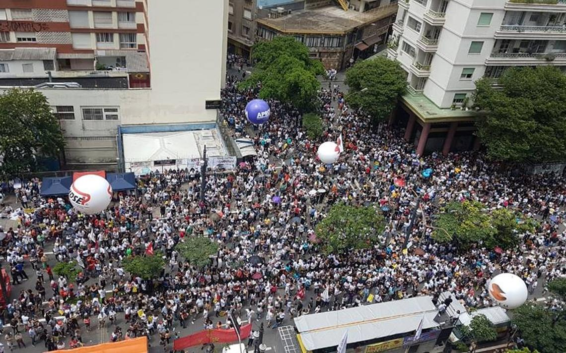 Servidores em frente à Câmara Municipal de São Paulo, durante votação da reforma da Previdência