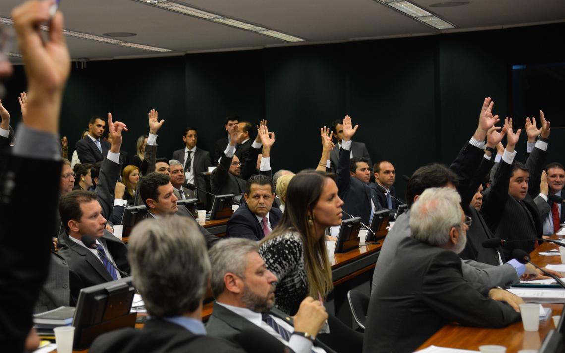 Deputados se manifestam em sessão da CCJ da Câmara