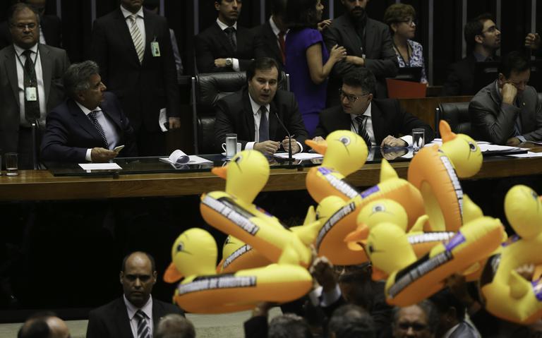 Deputados contrários à terceirização levaram bóias de pato como protesto
