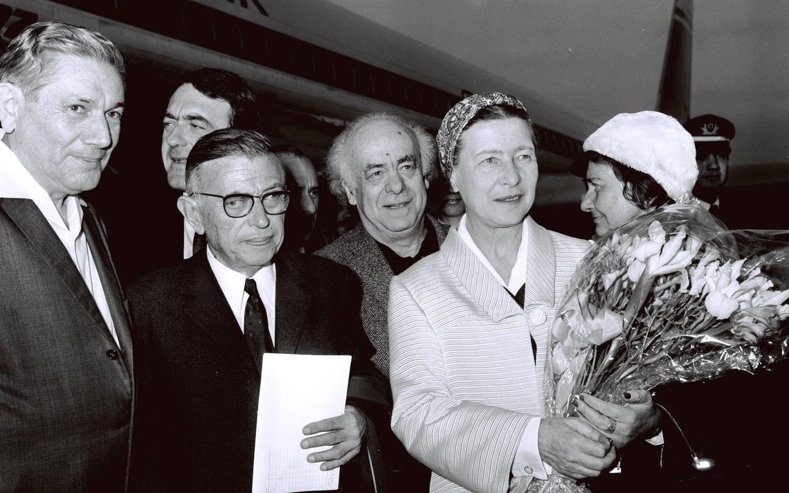 A filósofa Simone de Beauvoir é recepcionada em aeroporto de Israel junto a seu esposo, Jean Paul Sarte, em 1967
