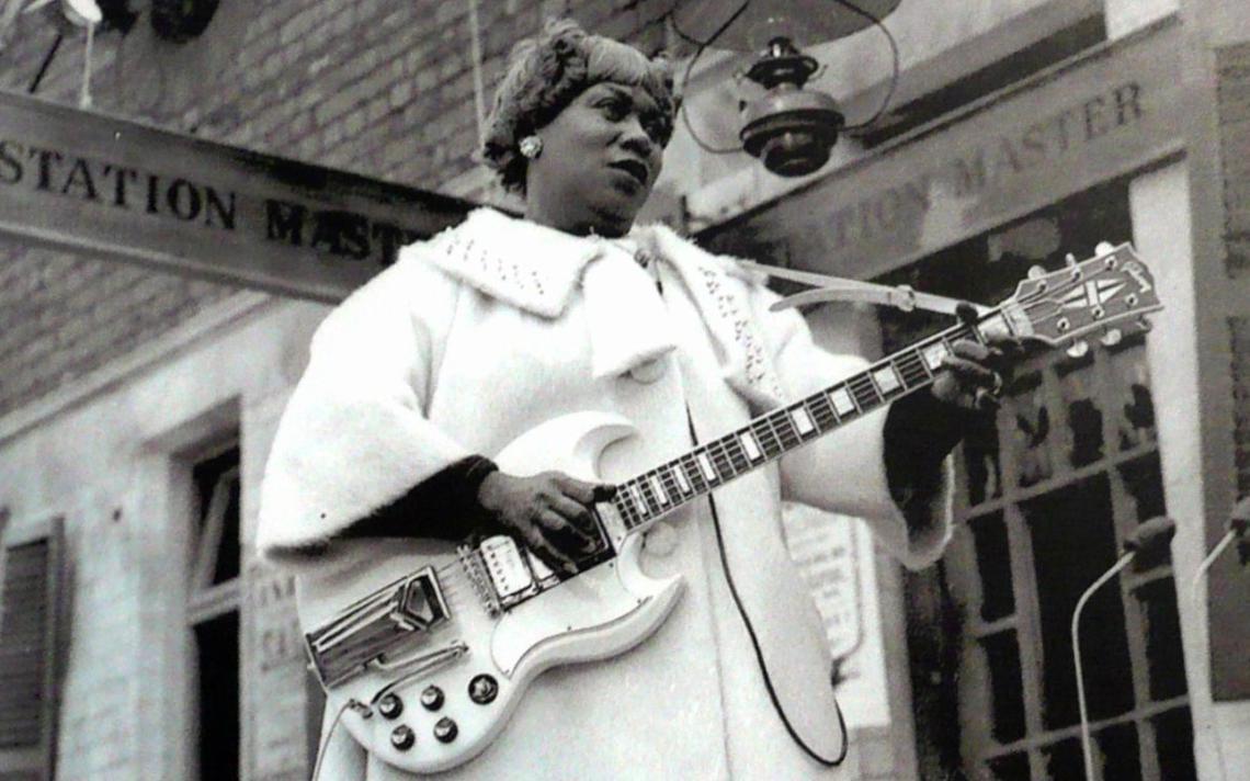 Sister Rosetta Tharpe canta e toca com Muddy Waters em estação de trem em Manchester, na Inglaterra