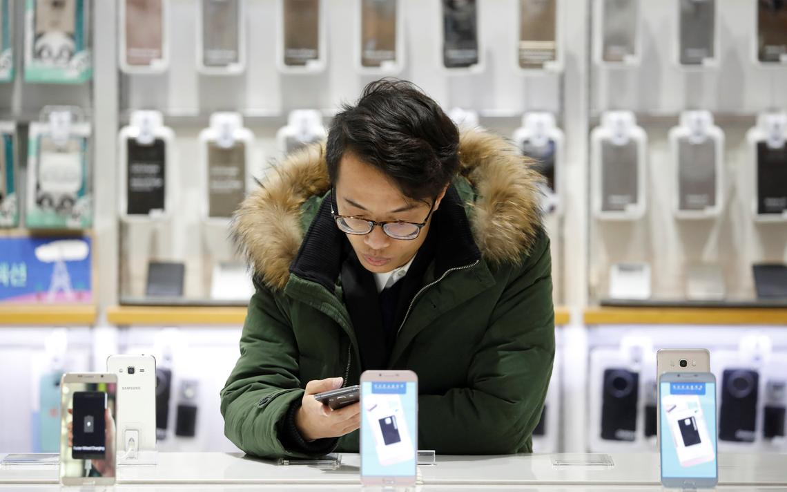 Homem usa smartphone em loja de Seul, em janeiro de 2017. Dados de IPs do mundo todo são usados por pesquisa da Universidade de Chicago