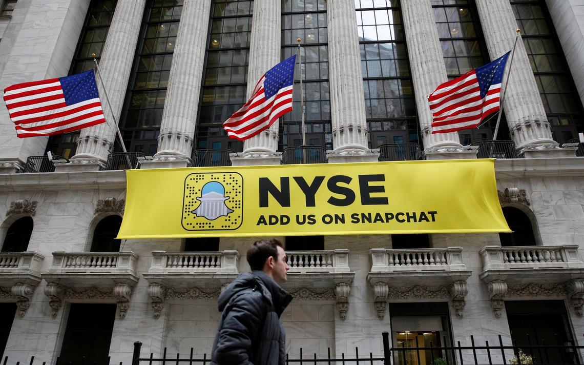 Logotipo do aplicativo Snapchat na fachada da bolsa de Nova York (NYSE)