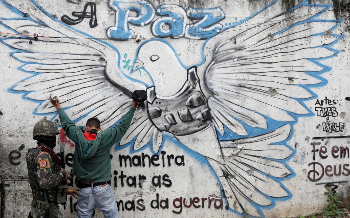 Soldado revista homem durante operação contra facções na favela do Jacarezinho, no Rio de Janeiro, em setembro de 2018