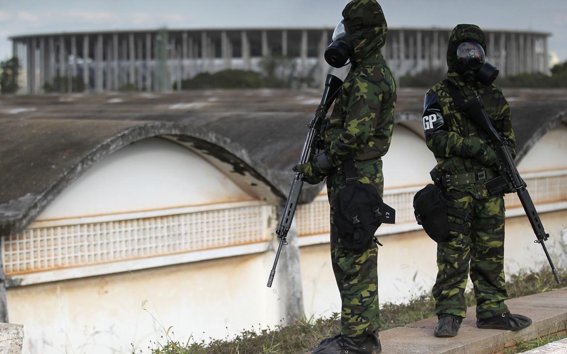 Soldados brasileiros em roupas de proteção química