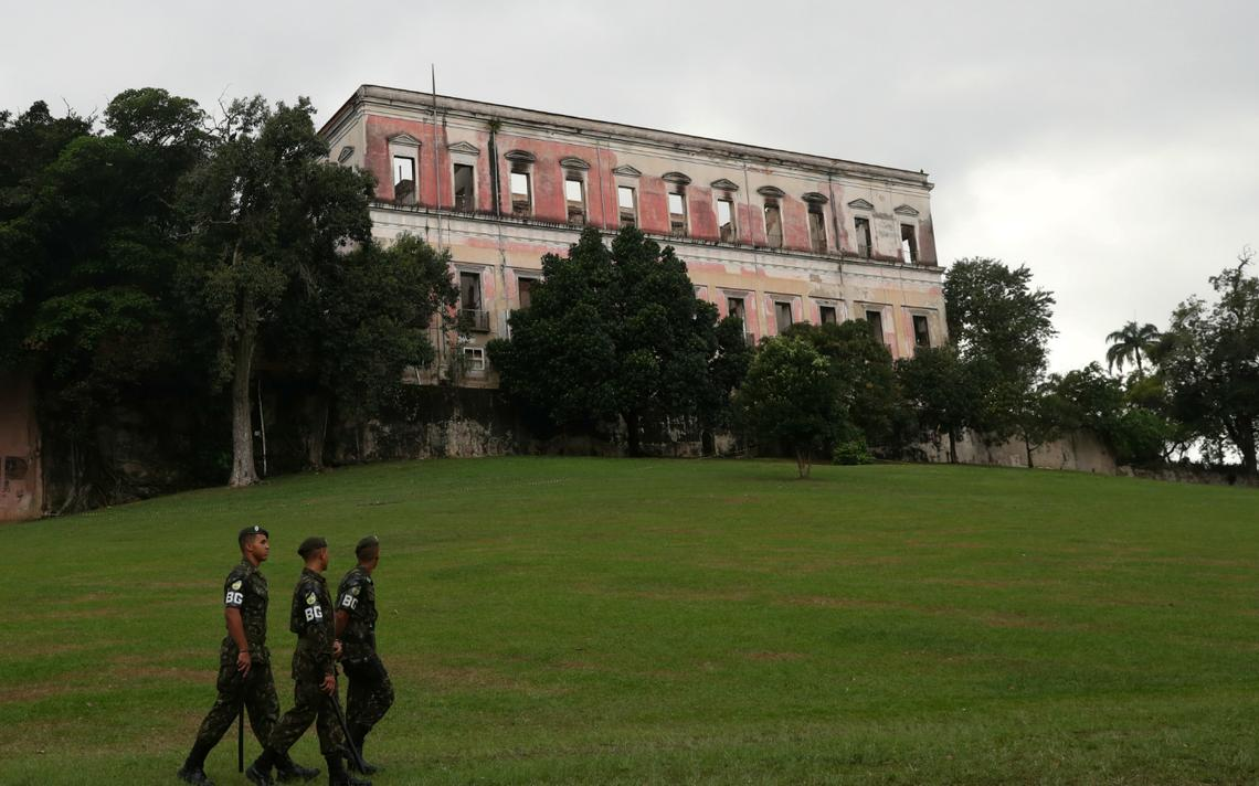 Soldados patrulam ao redor do que sobrou do prédio do Museu Nacional depois do incêndio