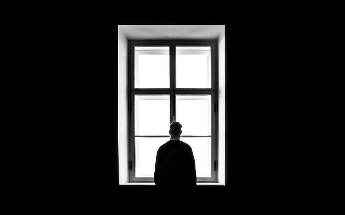 Homem sozinho no museu Hermitage, em São Petersburgo, na Rússia. A noção contemporânea de solidão é uma construção cultural recente