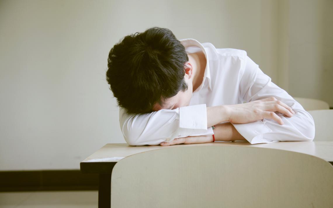 Estudante dormindo
