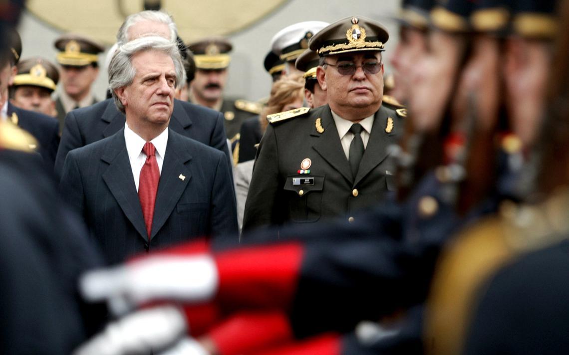 Em pé, Vázquez observa cerimônia. Ao seu entorno, oficiais de alta patente. À frente, tropa desfila.