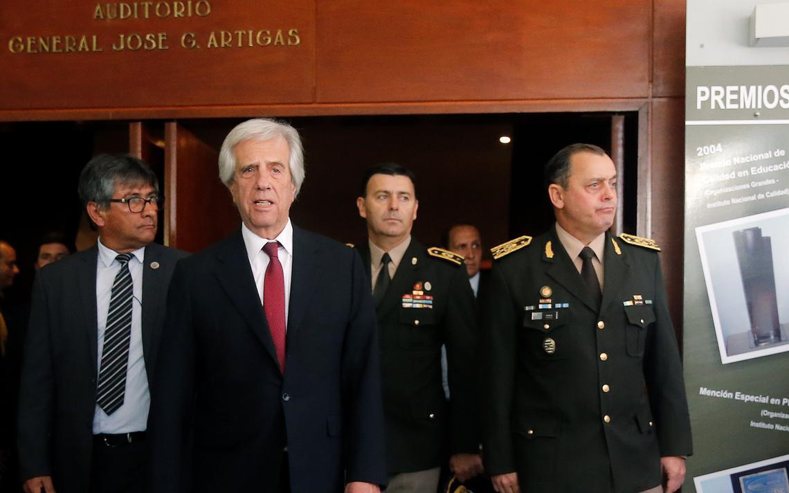 Vázquez, comandante do Exército e outras autoridades saindo de auditorio em cerimônia de posse.