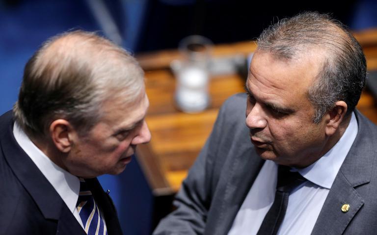 Rogério Marinho está falando com Tasso Jereissati, que está próximo e o escuta. Os dois estão dentro do plenário do Senado.
