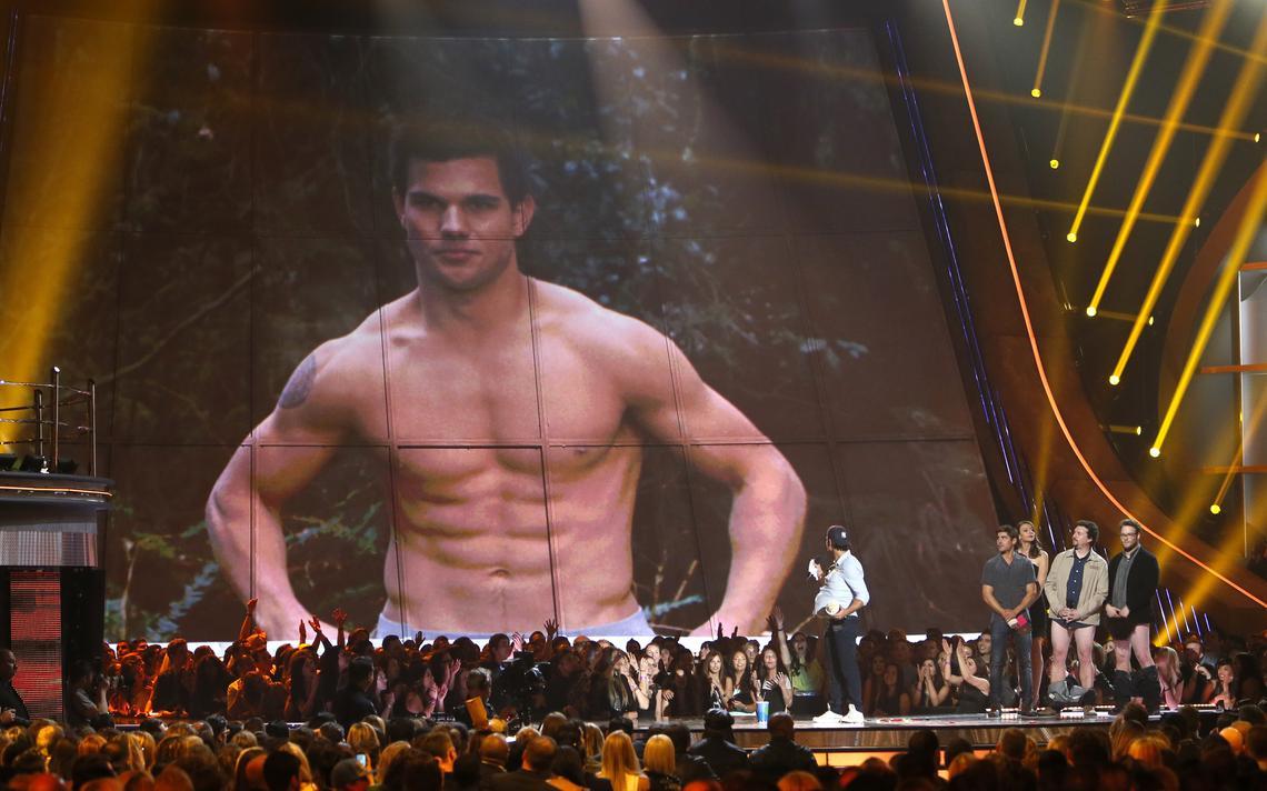 Ator Taylor Lautner recebe o prêmio de 'melhor performance sem camisa' no MTV Movie Awards de 2013, nos Estados Unidos