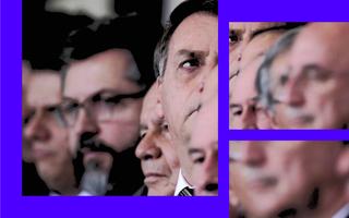 O rosto de Jair Bolsonaro se destaca de uma fileira, olhando na direção oposta que os outros