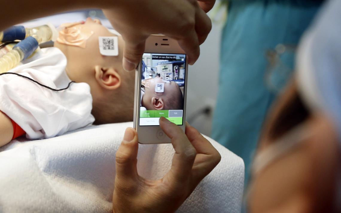 Médico tira foto de garoto antes de uma cirurgia em Hanói