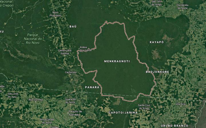 Imagem de satélite com as fronteiras de uma terra indígena. Em volta dela, outras terras indígenas e locais com menos vegetação.