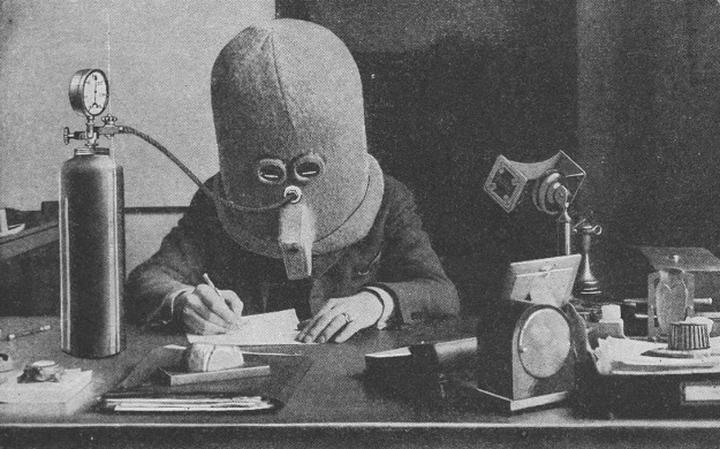 O Isolador, capacete criado por Hugo Gernsback para aumentar o foco e a concentração