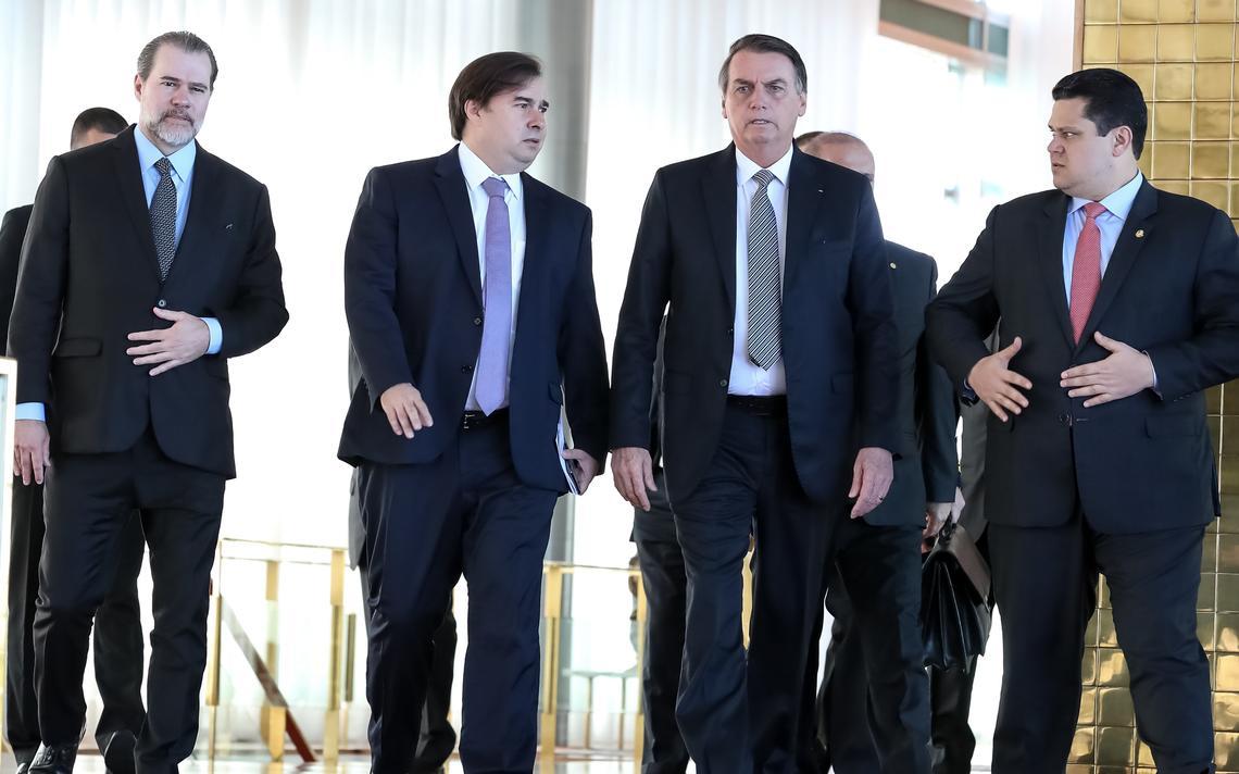 Lado a lado, Toffoli, Maia, Bolsonaro e Alcolumbre caminham e conversam no Palácio da Alvorada.