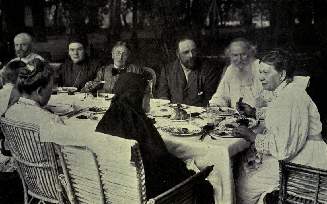Leon Tolstói em um almoço de família por volta de 1905