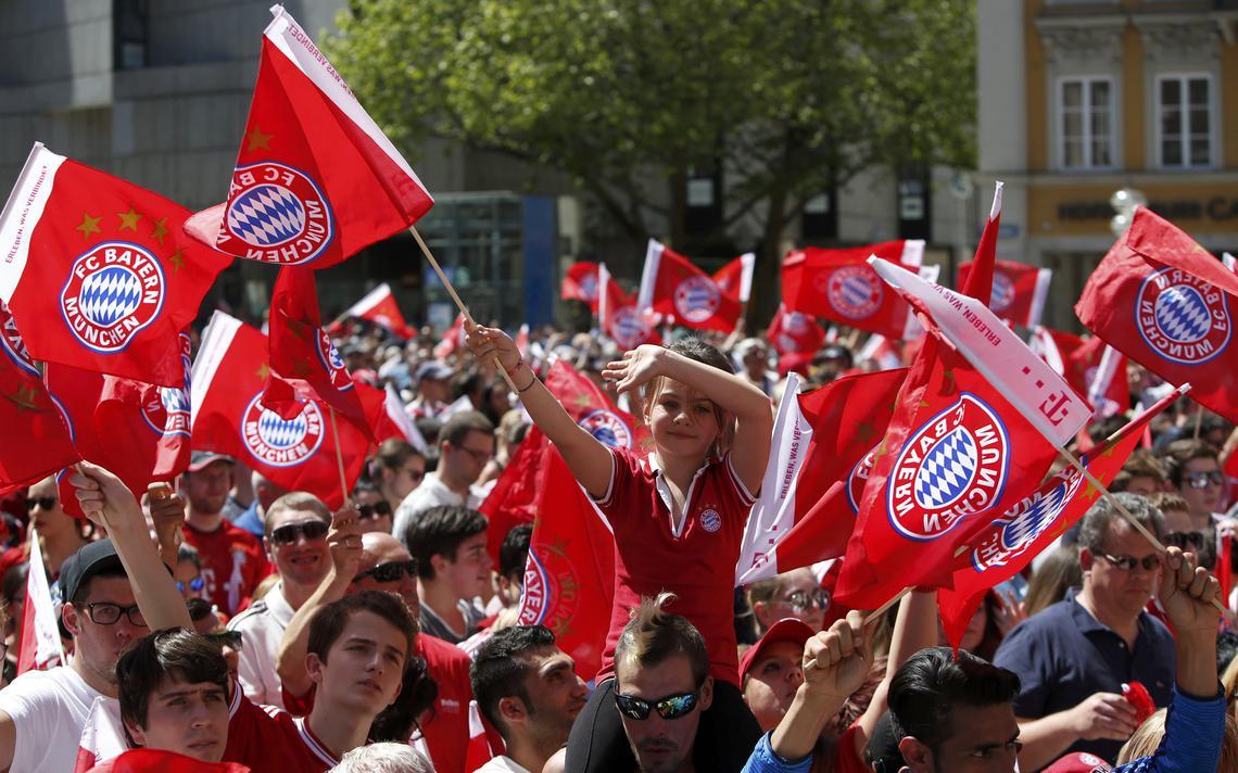 Torcedores do Bayern comemorando o título da copa da alemanha, em maio de 2016
