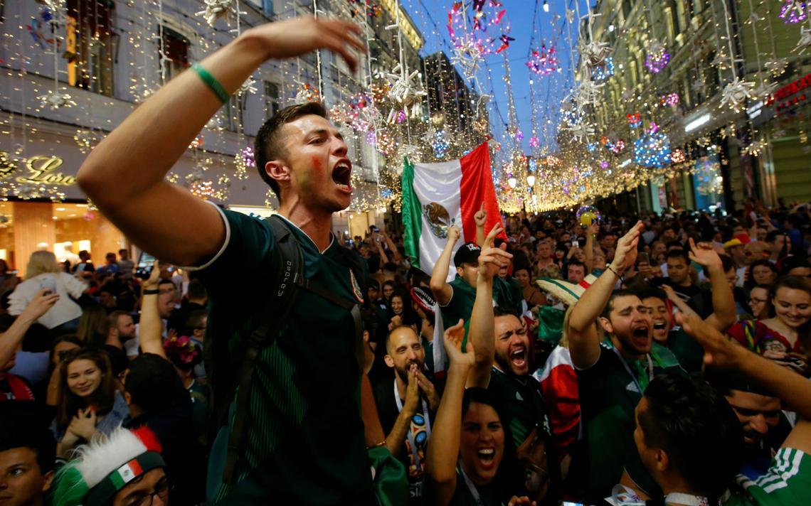 Torcedores mexicanos comemoram gol de Lozano contra a Alemanha