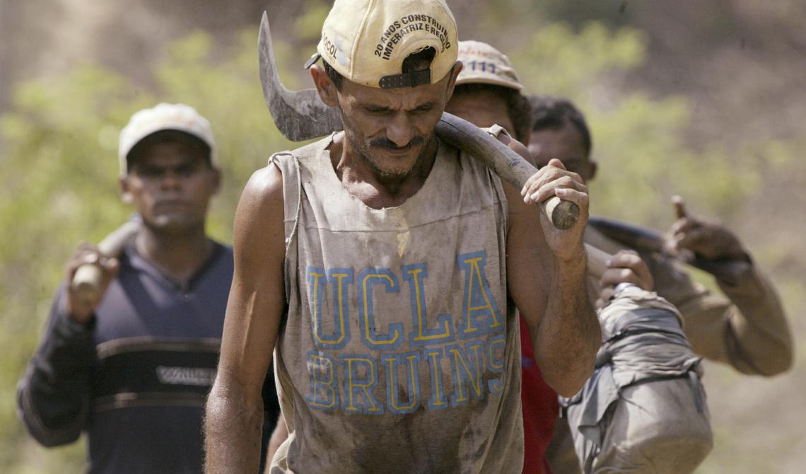 Homens que trabalhavam em condições análogas à escravidão em fazenda na região Norte
