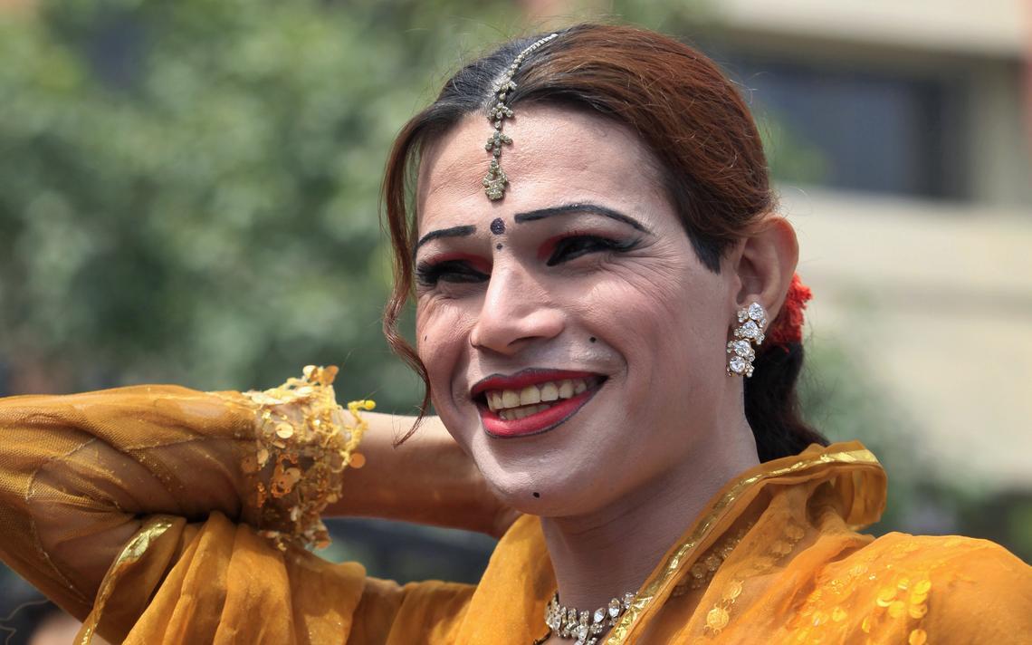 Transgênero paquistanesa durante protesto contra prisão de trans mulher que tentara se casar com um homem, em 2010