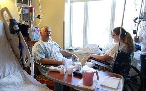 Como são as medidas de proteção social para pacientes com insuficiência renal crônica à espera de transplante