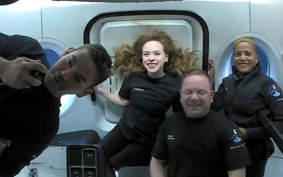 Missão sem presença de astronautas profissionais retorna à Terra