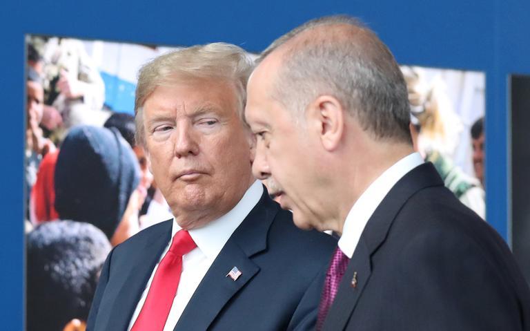 Trump e Erdogan, lado a lado e em pé, conversam.