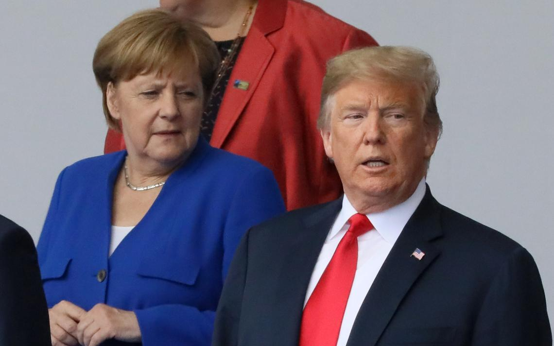 Angela Merkel observa Donald Trump em Bruxelas, na cúpula da OTAN