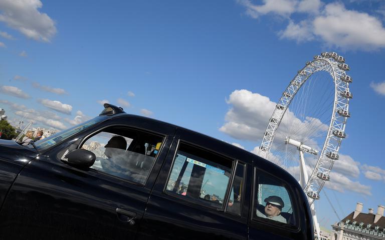 Táxi passa em frente ao London Eye, ponto turístico de Londres. Taxistas comemoraram decisão que pode suspender Uber na cidade