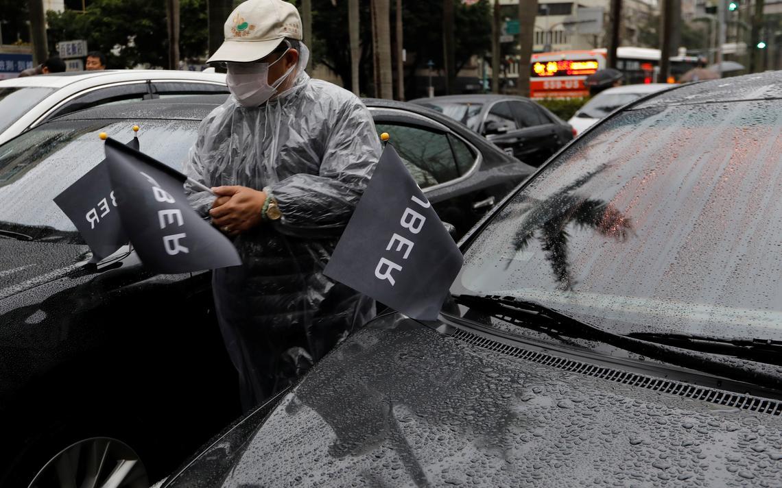 Motoristas de Uber em protesto próximo ao prédio do Ministério do Transporte, em Taipei, em Taiwan, 2017