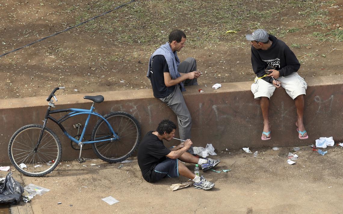 Usuários usam crack em praça no centro de São Paulo, em 2013