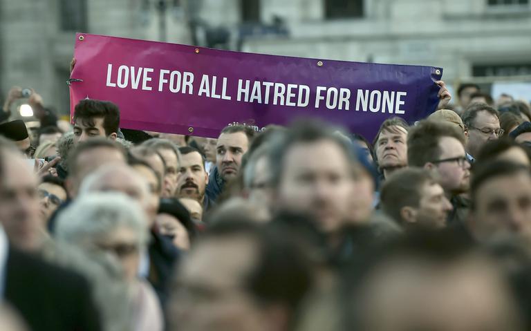 Faixa diz 'amor para todos ódio para ninguém'