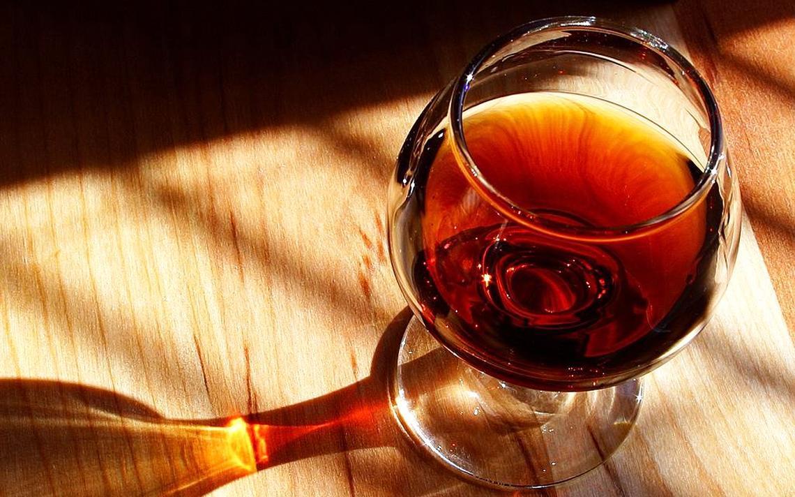 Taça com vinho vista de cima.