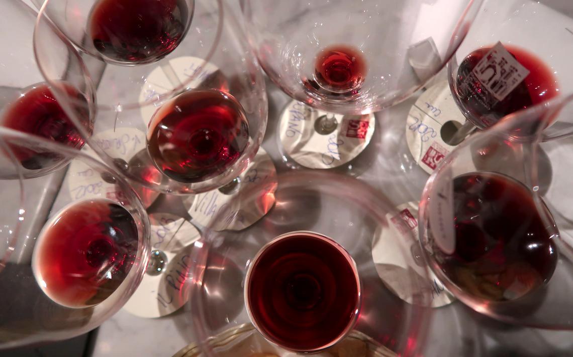 Copos de vinho após degustação em Montalcino, na Itália, em 2018