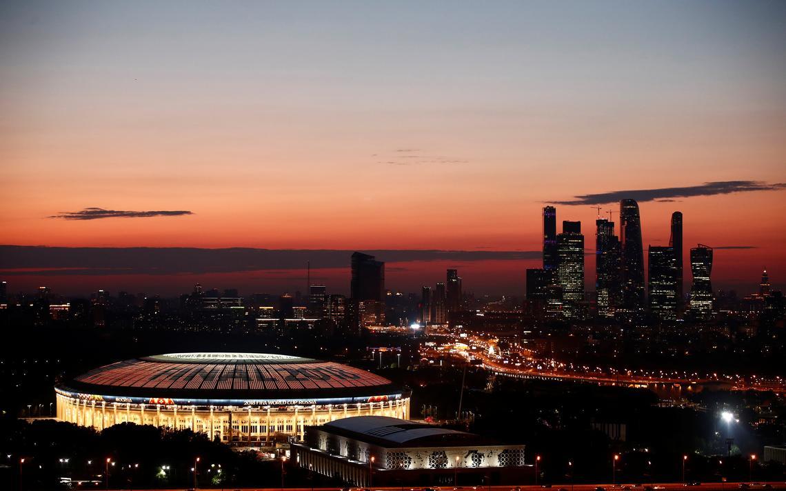 Vista aérea noturna do estádio Lujniki, em Moscou