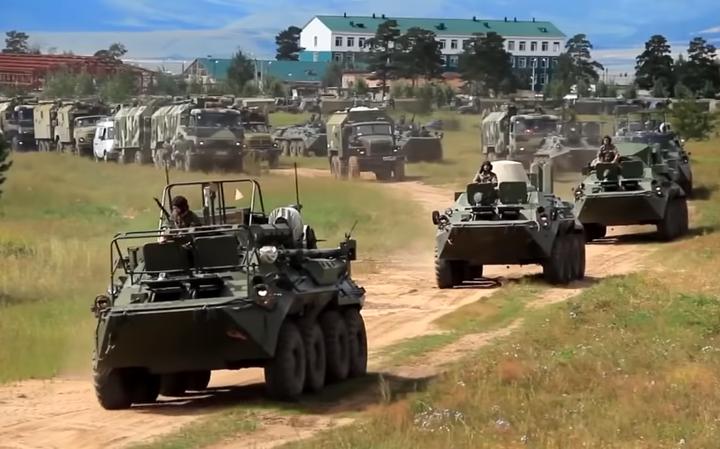 Fila de veículos militares em funcionamento.