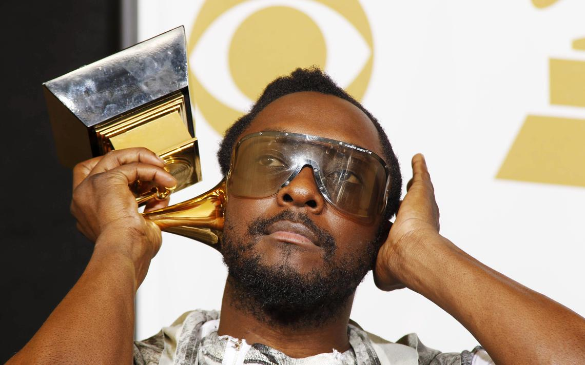 O rapper will.i.am posa com seu troféu do Grammy Awards, em 2010, em Los Angeles