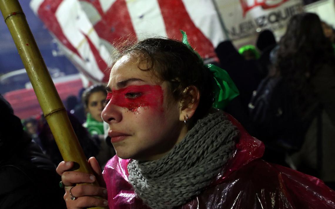 Ativista pró-aborto, após o Senado argentino rejeitar a proposta de lei de descriminalização do aborto, em Buenos Aires