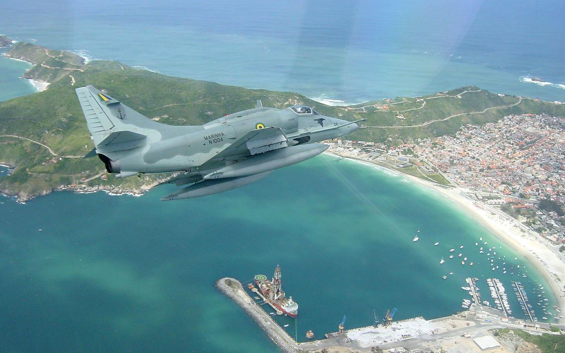Aeronave sobrevoa região costeira