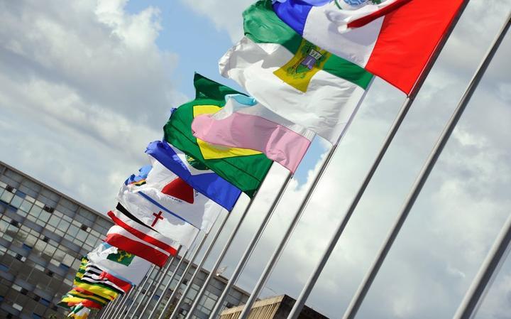 Bandeiras hasteadas na Alameda dos Estados, em Brasília