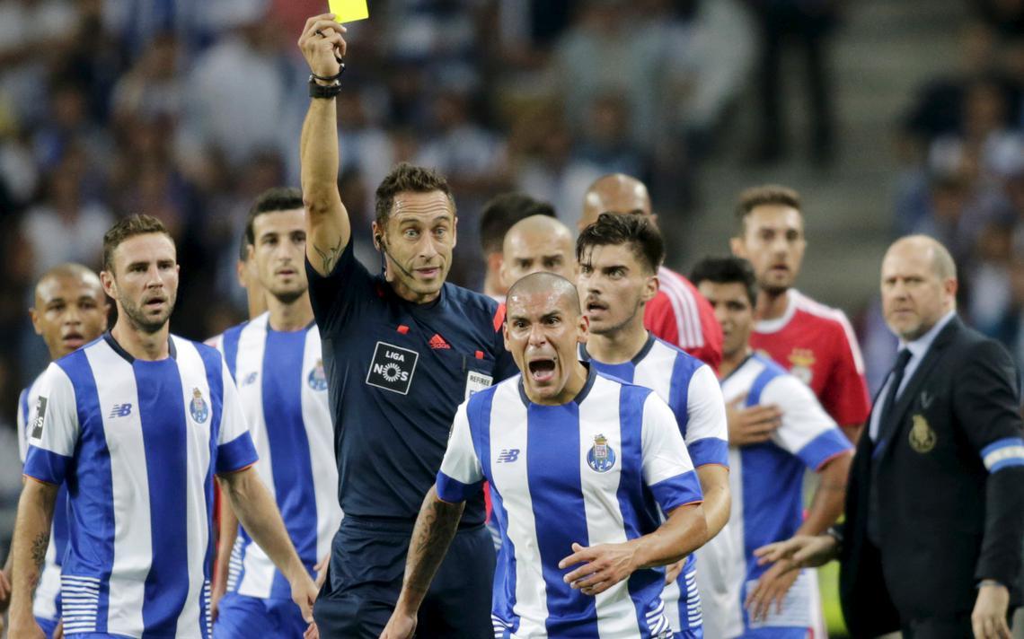 Maxi Pereira reage a cartão