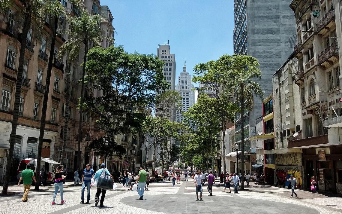 Trecho com árvores na avenida São João, no centro de São Paulo