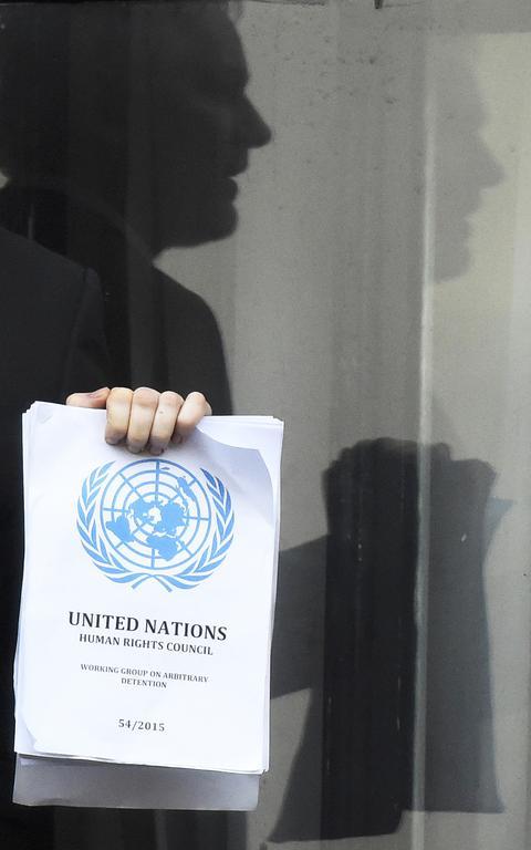 Julian Assange segura cópia da Declaração de Direitos da ONU em Londres