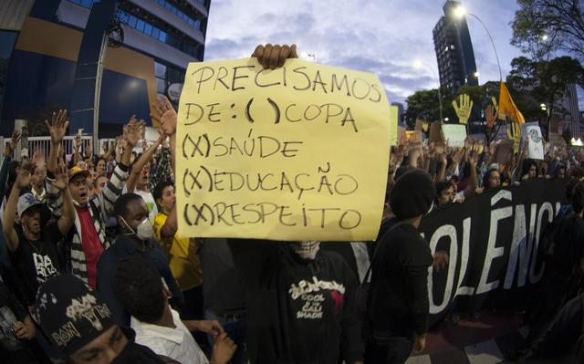 Manifestante paulista segura cartaz contra a realização da Copa do Mundo no Brasil em ato que fez parte das Jornadas de Junho no país