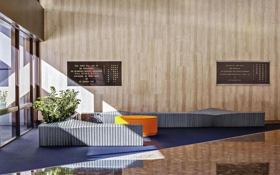 Os arquitetos que transformam lixo plástico em bancos