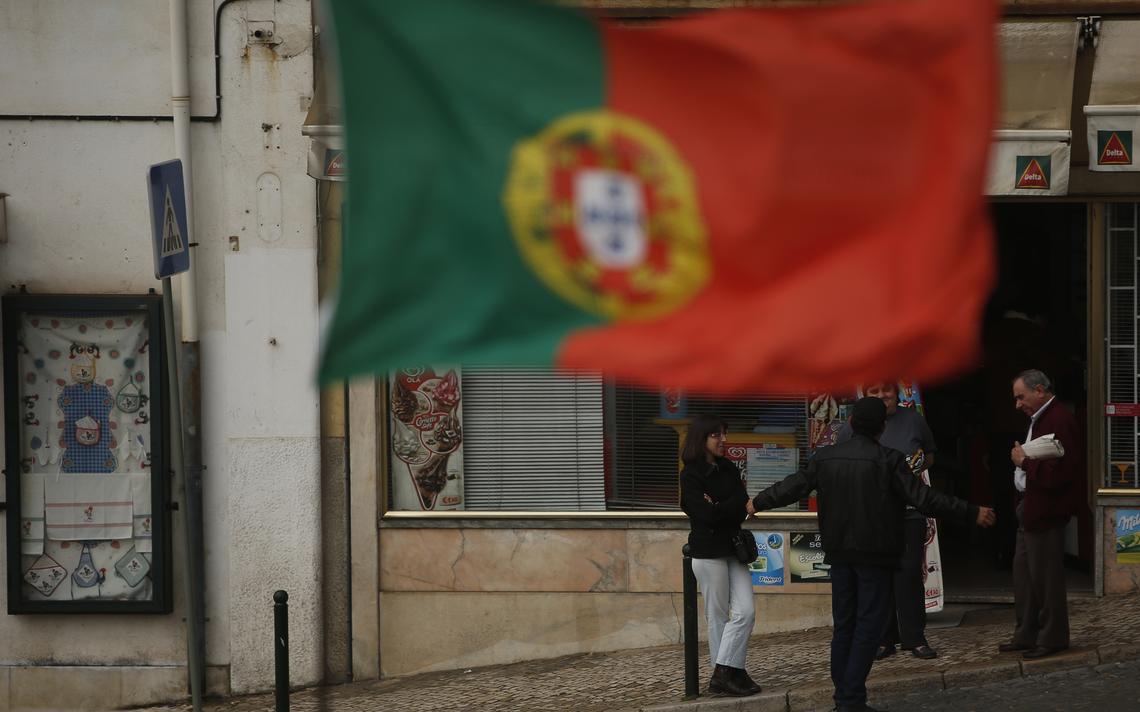 Portugueses conversam no centro de Lisboa