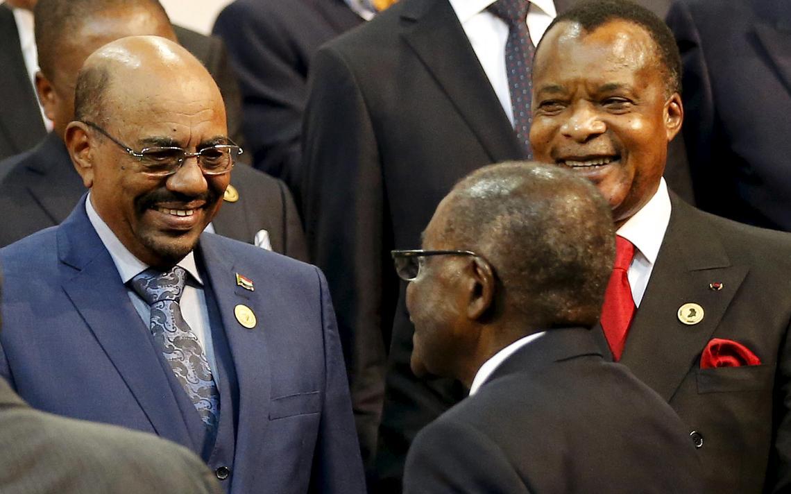 Presidente do Sudão cumprimenta o do Zimbábue em Joanesburgo